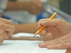 鉛筆を握る手には、これまでの人生がしわとなって刻まれている