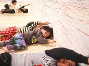 福島県猪苗代町に誕生した「はじまりの美術館」。その話し合いには、大人だけでなく子供や幼児にも参加してもらった。写真は幼児が壁に貼られた紙に線を描くプログラム。大人たちが地域の未来について真剣に語っている姿を見ることは、子供たちにとって大切な経験といえよう。