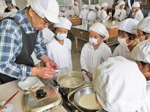 豆腐づくりで、仕事に対する姿勢を学ぶ