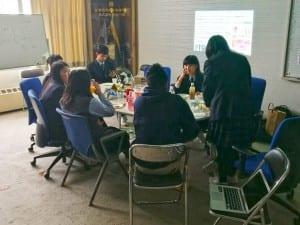 荒井校長も校長室を開放。休日、他校の生徒も交えて「高校生未来cafe」を開催した