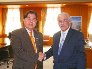 握手を交わす林文科大臣とシャウキー教育大臣