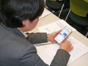 スマートフォンで相談文を送信する参加者