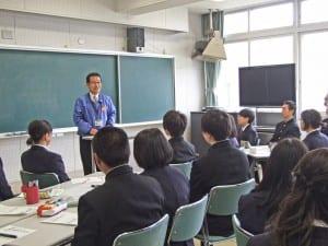 まちおこしワークショップで熱心に話を聞く生徒たち