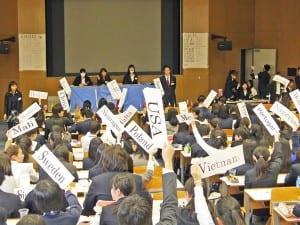 決議案を採決する生徒ら
