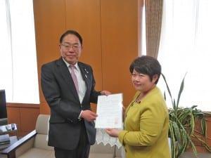 宮川政務官に要望書を手渡す後藤知事