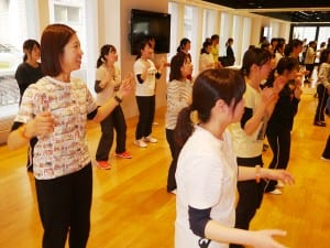 ダンスを学ぶ参加者ら