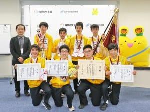 優勝した栄光学園高校の生徒と塚本教諭