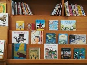 小・中学生への推薦図書が並ぶ北浦和図書館の書棚