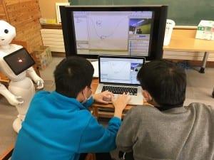 ペッパーのプログラミングを行う生徒