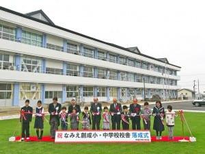 竣工したばかりの「なみえ創成」校舎。人工芝が映える