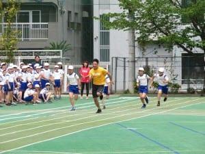 児童と一緒に50メートルを走る塚原選手