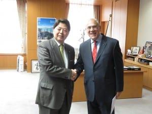 林大臣(左)と握手を交わすグリアOECD事務総長
