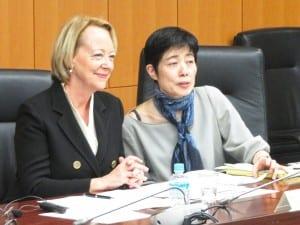 「日本は世界から注目されている」と話すグラットン教授(左)