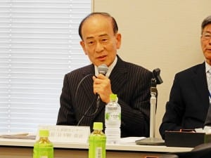 現地での日本語教育の実情を話す日下野理事長