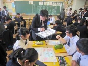 教師も各グループの議論に入り、生徒の意見を吸い上げる
