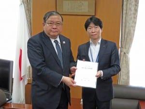 戸谷事務次官に提案書を手交する伊原木岡山県知事(右)