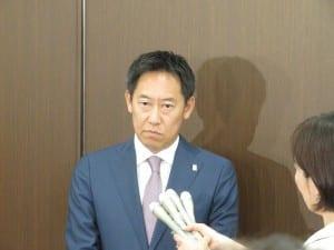 記者会見するスポーツ庁の鈴木大地長官