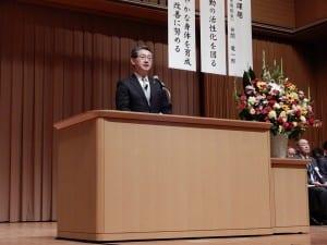 あいさつする山本新会長
