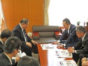 特別支援学校と農業の連携強化策について説明する鈴木知事(右)
