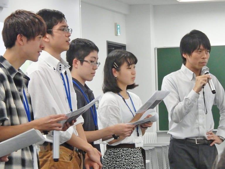 教職目指す学生が記者体験 芸人やサッカーチームに取材
